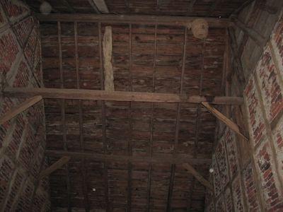 Ausbau einer alten Scheune mit neuen Deckenbalken und Dachfenster I