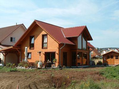 Holzhaus mit Carport