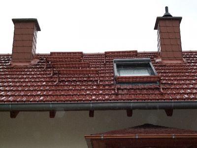glasierte Tonziegel, Kamintritte und Dachfenster
