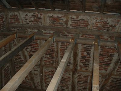 Ausbau einer alten Scheune mit neuen Deckenbalken und Dachfenster III