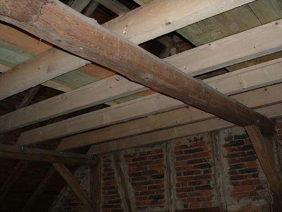 Ausbau einer alten Scheune mit neuen Deckenbalken und Dachfenster V