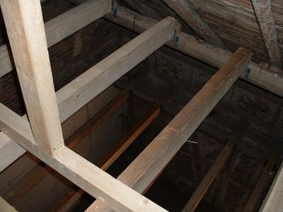 Ausbau einer alten Scheune mit neuen Deckenbalken und Dachfenster VI