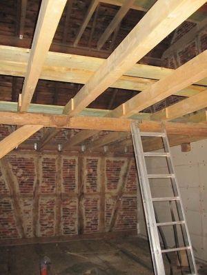 Ausbau einer alten Scheune mit neuen Deckenbalken und Dachfenster IX