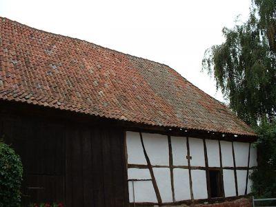 Reparaturen an einem Bauernhaus von 1754: Neueindeckung mit alten Hohlziegeln