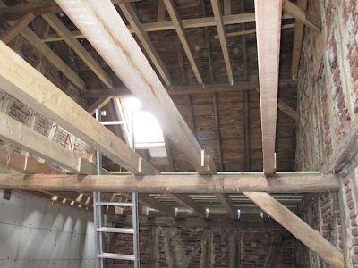 Ausbau einer alten Scheune mit neuen Deckenbalken und Dachfenster X