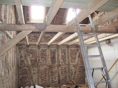 Ausbau einer alten Scheune mit neuen Deckenbalken und Dachfenster XI