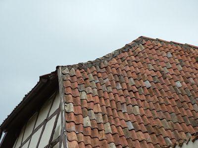 Reparaturen an einem Bauernhaus von 1754: Grat neu einspeisen